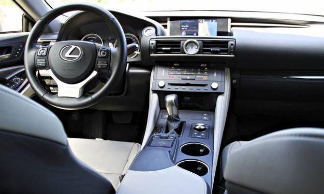 BEHAGELEG: Førarmiljøet er svært behageleg. Lexus har ein eigen vri på skjermfunksjonane, som mellom anna kan styrast via ei kontaktflate på midtkonsollen. Det fungerer bra etter litt tilvenning.
