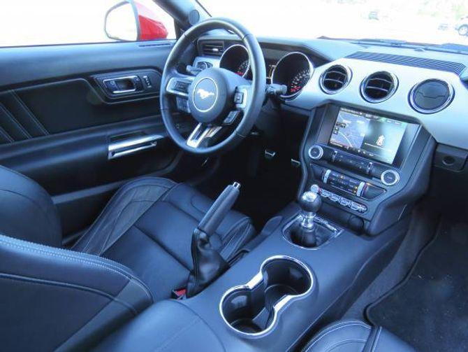 OVERSIKTLEG: Funksjonell førarplass med fin ergonomi og god køyrestilling. Delen hardplast er høg – men bilen er i utgangspunktet tenkt som ein billeg sportsbil.