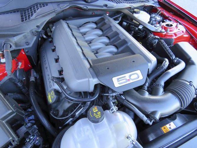418 HK: V8-aren har eit slagvolum på fem liter og leverer 418 hestekrefter.