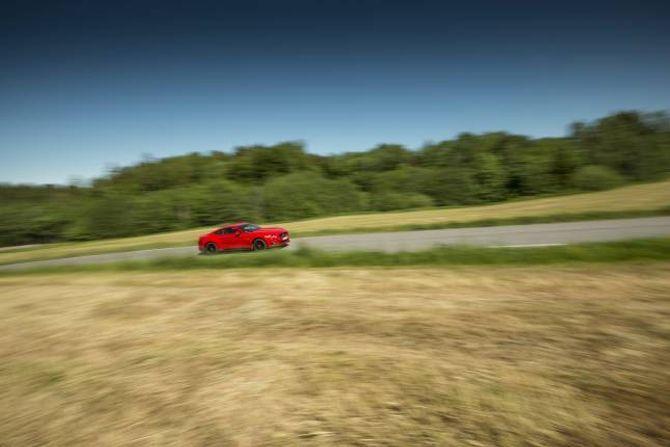MOROSAM: I Ford Mustang GT er det vegen til målet som er det morosame.