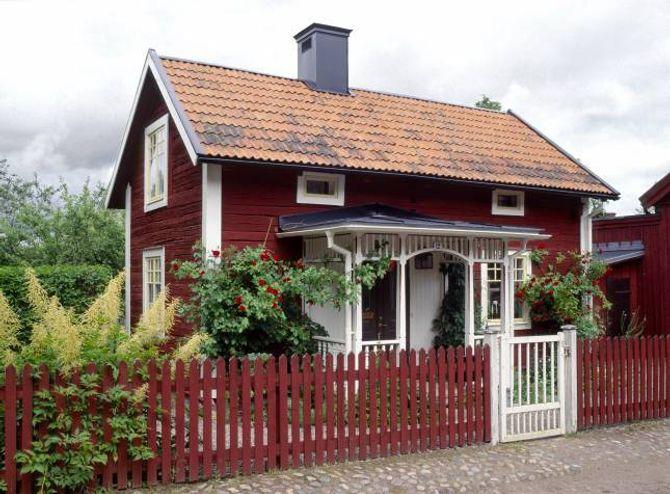RAUDMÅLA: Tidlegare måla ein gjerne gjerdet i den same fargen som huset.