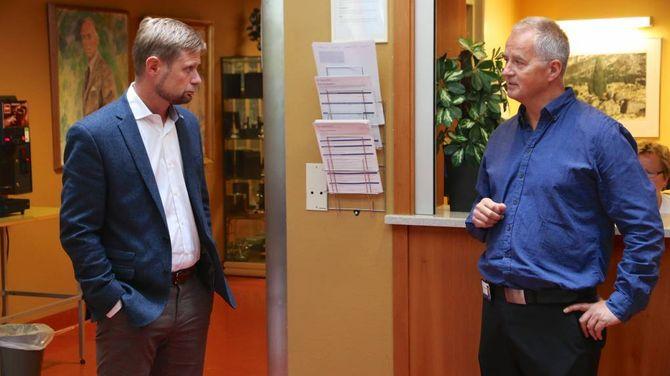 GOD MODELL: Kåre Mentz Lysne informerte Bent Høie om kva sjukehuset tilbyr. Han meiner måten sjukehuset blir drifta i dag er ein god modell.