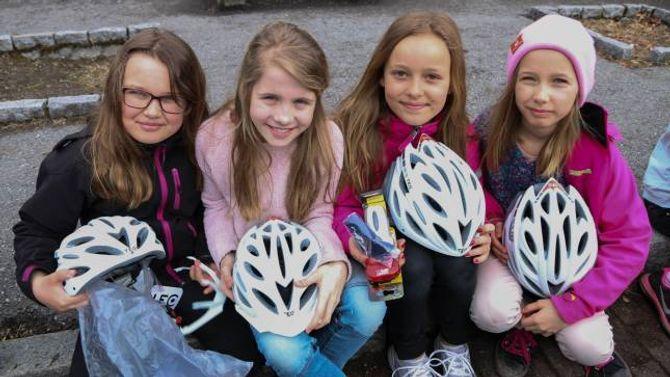 STAS: Fjerdeklassingane Leah (frå venstre), Ida, Kristine og Elida var særs nøgde med å få ein heilt ny sykkelhjelm og lykt til sykkelen.