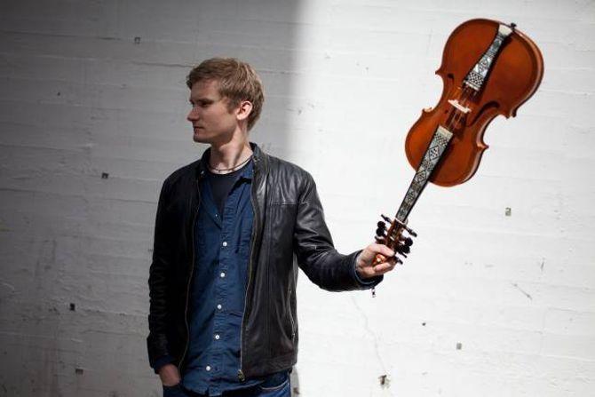 Folkemusikar og komponist Erlend Apneseth har laga tingingsverket til Førdefestivalen i år.