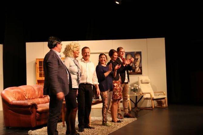 TEATERGRUPPA: Skodespelarane fekk ståande applaus etter framsyninga i Årdal kulturhus.
