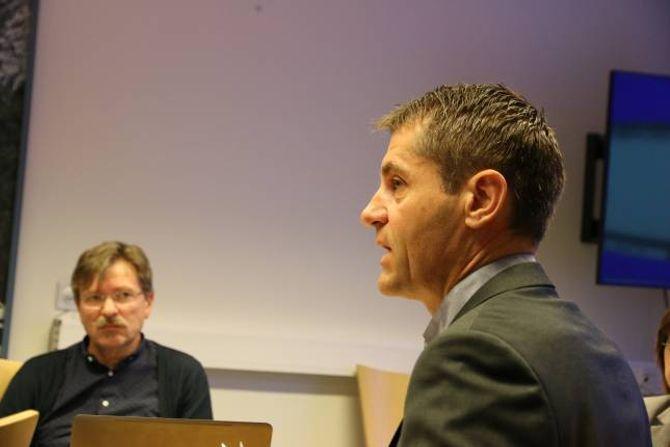 DYRT: Både kommunalsjef for pleie og omsorg, Arne Johansen, og rådmann Alf Olsen jr. (i bakgrunnen) ser at prosjektet med Lærdal bu- og omsorgsheim ligg an til å bli ein dyr affære.