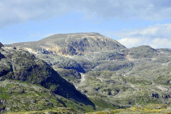 Raudbergsnuten sett frå sør (Nedre Tverrberget). Det går fint å ta seg opp renna heilt i høgre flanken av toppen dersom ein vel alternativ rute Valdresdalen- Vikadalsvatnet.