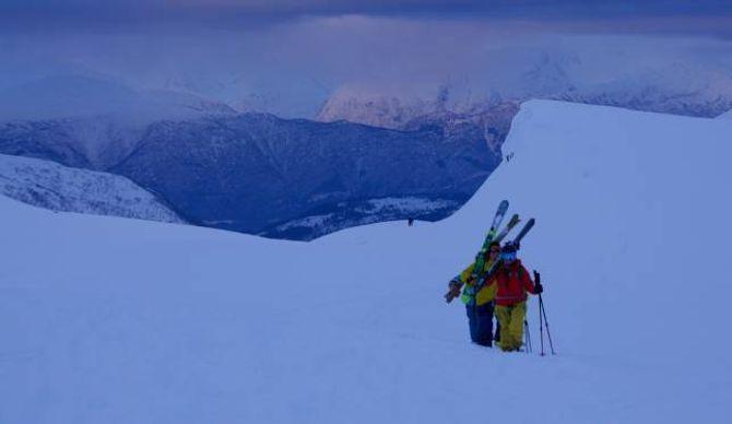 SPEKTAKULÆRE RAMMER: Mykje og god snø i flott natur har gjort Sogndal til eit skieldorado. I februar inntek frikøyringseliten bygda.