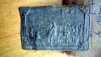 KOR GAMAL?: Eidsvollmennene samlast som kjend i 1814, men når denne blikkplata stammar frå er vanskeleg å seia. Måla er 59 mm x 39 mm. Privat foto