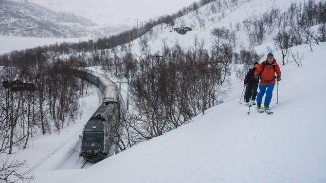 SKI OG TOG: På toppen av Flåmsbana kan du spenne på deg skia, gå opp til første topp og få tusen høgdemeter nedfart. Vel nede er det berre å vente på neste tog som tek deg opp att.