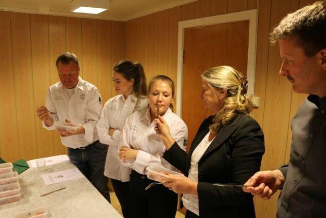 LUKT: Anette Breistøl får kjenna korleis skikkeleg rakfisk skal lukta.