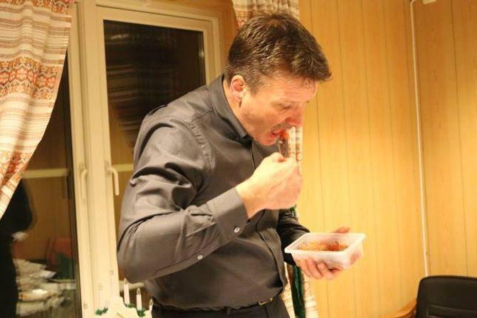 SISTE TEST: Kjell Olav Cock tek ein siste runde med smaking for å føla seg sikker på kven han tykker er best.