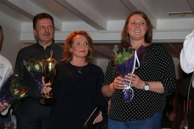 VINNARAR: Linda Uglenes Maristuen med vandrepokalen som beviser at ho og Hanne Ødegård vart VM-vinnarar i rakfisk 2017.