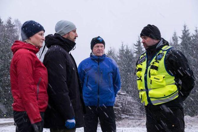 GENUIN INTERESSE: Her stå Knut Skår i bakgrunnen, medan stryningenSjur Haugen forklarer eit interessert kronprinspar korleis Norske redningshundar jobbar.