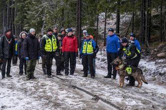 DEMO: Ute i terrenget fekk kronprinsparet ein demonstrasjon av korleis redningshundane øver på oppdrag.