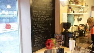 LOKALT: Menyen på Marianne Bakeri og Kafè består mellom anna av pizza og sandwich med både geitepølse og geitost.