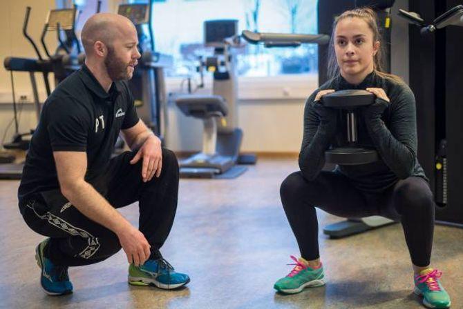 TYDELEGE INSTRUKSAR: Julie Årøy trur ho vil få betre utbytte av treninga dersom ho får hjelp til å gjere øvingane rett. Personleg trenar Øyvind Brennset følger nøye med.