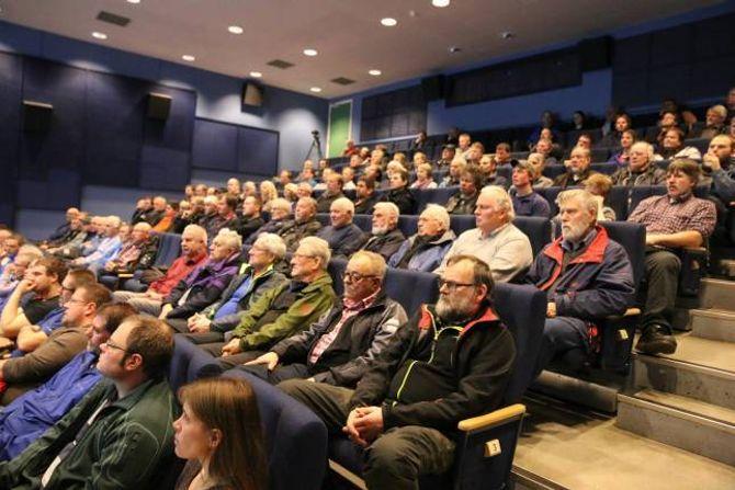 FULLT: Kulturhuset i Lærdal var nesten fullt under informasjonsmøtet om skrantesjuka.