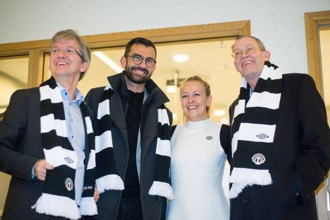 AKTIV VERVING: Eit godt vertskap let ikkje gjestane gå tomhendte heim, det har Stine Lilloe-Olsen i Sogndal Fotball skjønt. Delegasjonen frå kommunaldepartementetposerer villig vekk i sogndalskjerf.