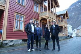 ÆRVERDIG: Opphavleg vart det bygd som «Lærdalsøren hotell» på slutten av 1800-talet. No skal det igjen verta overnattingstilbod her. Foto: Ole Ramshus Sælthun