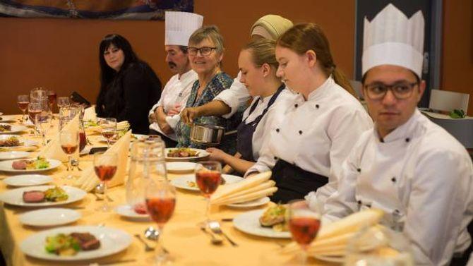 FESTMÅLTID: Rektor Marta Sofie Vange (nummer tre frå venstre) hadde tatt seg tid til å smake på festmåltidet elevane stelte i stand i høve den offisielle opninga av kjøkenet.