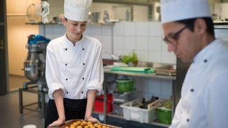 NY I FAGET:Olav Mjell Hovsvikhar eit halvt år bak seg på matfag i Sogndal. No ser han fram til å ta resten av utdanninga på eit splitter nytt kjøken.