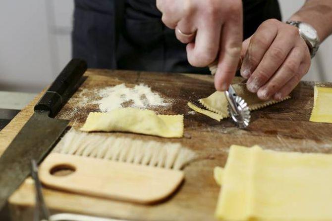 DEL OPP: Pastaputene delast opp med rulle eller kniv.