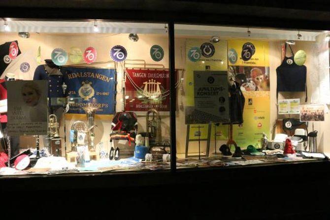 LYSER OPP: Eit elles mørkt og tomt butikkvindauge vert smart utnytta til å syne fram 70 år med historie.