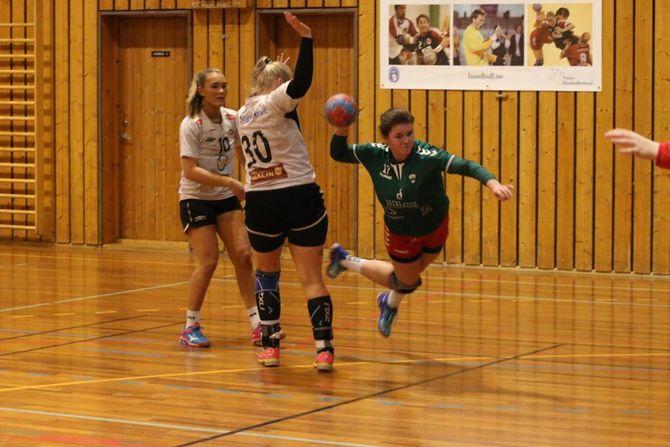 SPELTE GODT: Jotun/Årdalstangen lot seg absolutt ikkje overkøyre i Årdalshallen. Her set Susanne Myrland inn éi av dei 14 scoringane til heimelaget.
