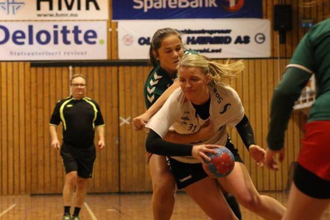 TØFFE DUELLAR: Martine Låksrud Øyre deler ut juling.