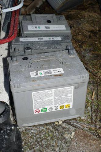 LITE MILJØVENLEG: Tre kasserte bilbatteri er blant søppelet folk har etterlate seg.