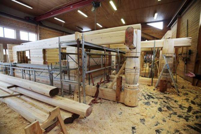 BYGGJER INNOMHUS: Laftehallen til Nore Laft ligg ved Tunhovdfjorden i Buskerud. Her blir tømmerstokkane lafta før dei blir demonterte og frakta til tomta for å bli monterte opp igjen.