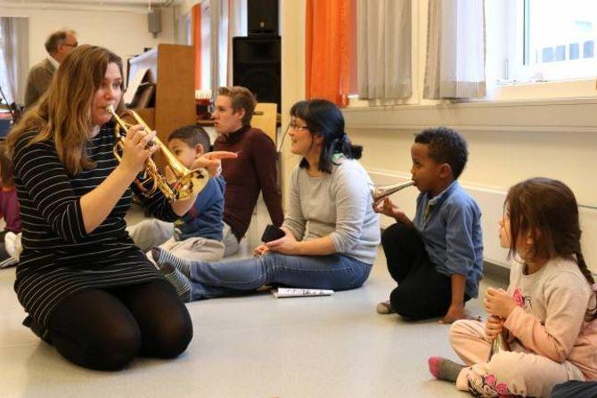 SPESIELL OPPLEVING:– Me ville spandere ei spesiell oppleving på dei elevane me har i dag ved å la dei få spele med og synge saman medGood Time Charlie.