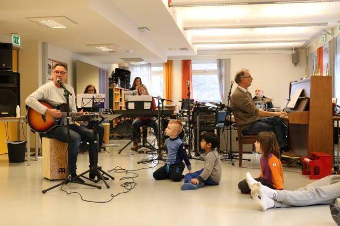 FULLT BAND: I samband med 40-årskonserten i mars får alle barnehagane i Årdal delta på øvingar, der dei lærer seg songane og får vere med og spela sjølve.