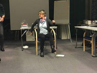 DEMONSTRERER: Inger Karlsen demonstrerer korleis ein skal utføre øvelsane.