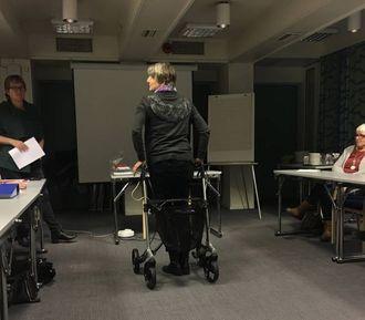 FOKUS PÅ RULLATOR: Inger Karlsen frå ergoterapien viser korleis ein skal nytte rullator.