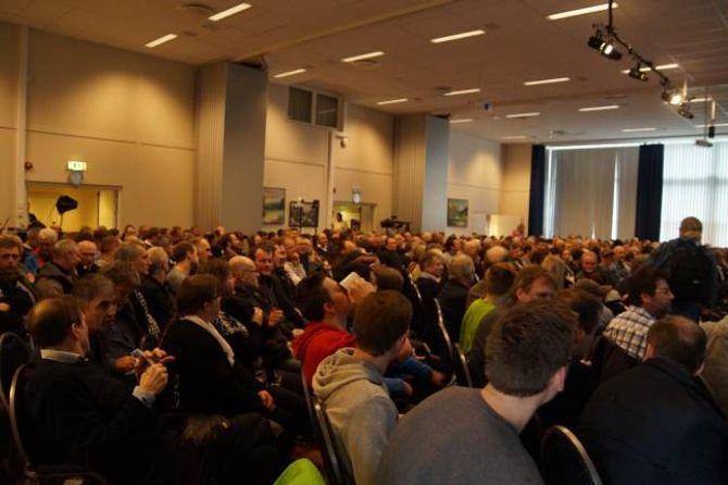 FULL SAL: 450 menneske møtte på det opne møtet.