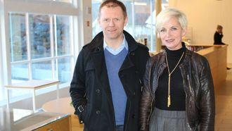 TING PÅ GANG: Tone Boska jobbar med å få levande lokale på Lærdalsøyri, her saman med dagleg leiar i Lærdal Næringsutvikling. Arve Tokvam. Arkivfoto