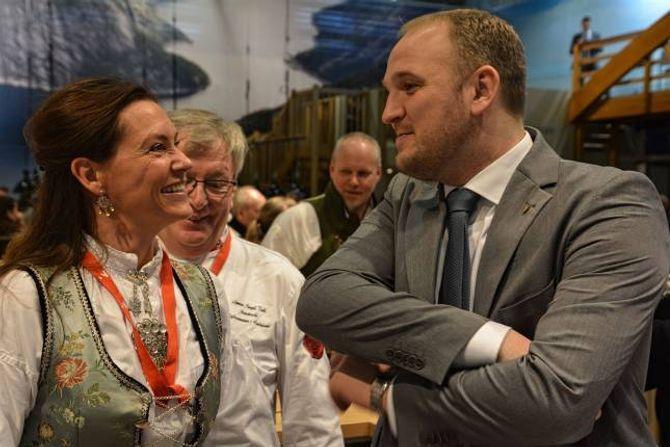 MINISTERBESØK: Siri Dalehaug, som driv hotellet i Skjolden saman med mannen Aslak, møtte landbruks- og matminister Jon Georg Dale (Frp).