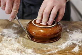 KNEKKEBRØD: Den ytre sirkelen stkkes ut rundt en skål, hullet i midten kan du stikke ut rundt et glass.