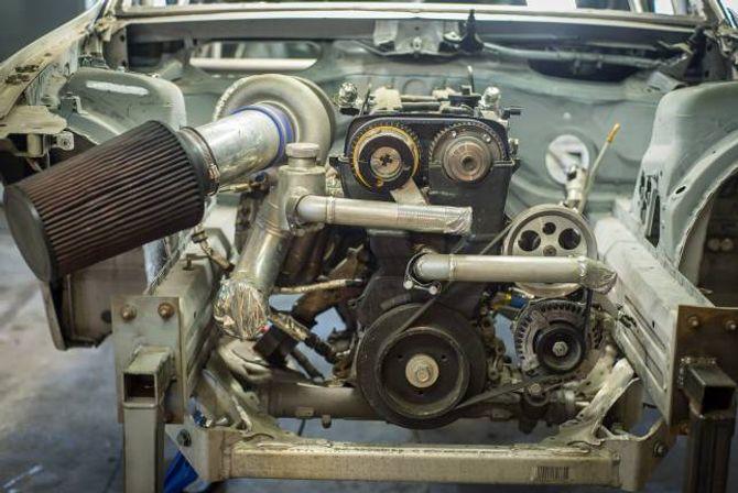 IMPROVISASJON: Ein toyotamotor i ein BMW er ikkje heilt etter boka. Då må du improvisere.–Det er dèt det går på heile tida, at ting ikkje passar. Så du må få det til å passa og byggja om alt, seier Lægreid.