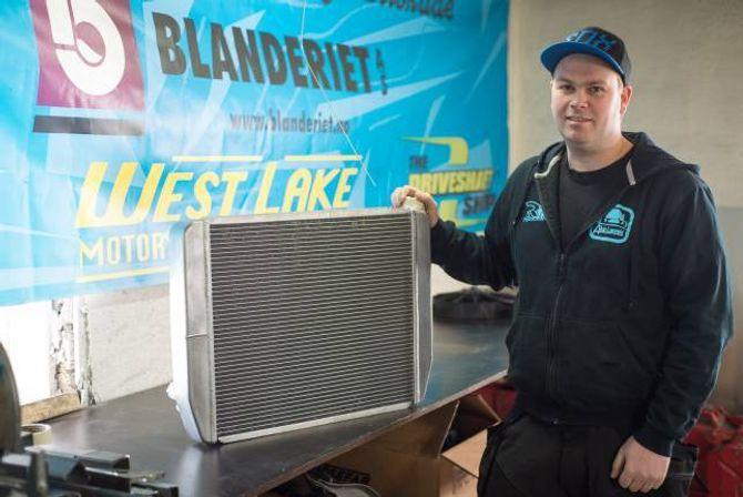 NY VRI: I ein vanleg bil, til dømes ein BMW 1-serie, er radiatoren plassert framme i bilen. Alvin Lægreid monterer sin bak i bilen for best mogleg lufting.