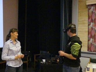POPULÆRT: Etter kvart drista dei fleste seg til å prøva virtuell visning, her forklarar prosjektkoordinator Heidi Helle.