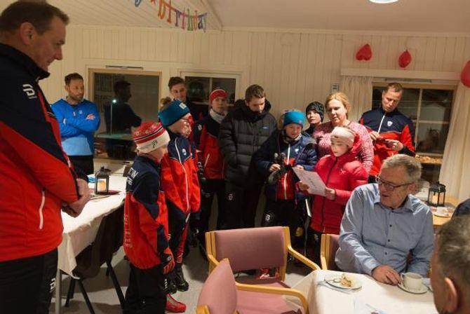 HYLLA TRENAREN: Skigruppa hylla trenaren, Børre Øvstetun, med dikt.