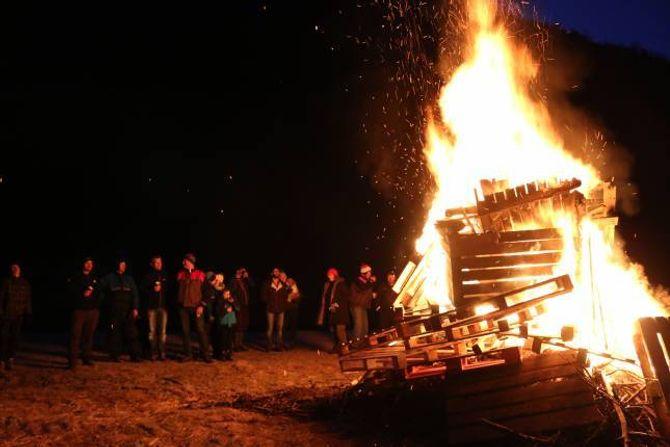 FEKK FYR: Etter litt plunder fatna det skikkeleg i pallane under ein stjerneklar himmel denne kalde januarkvelden.