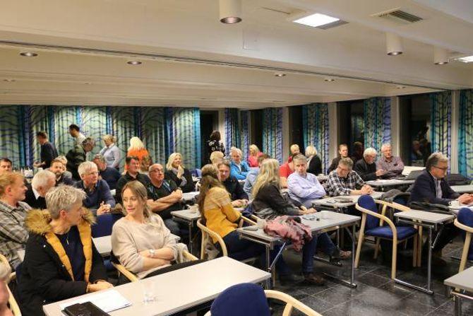 FULLT: Aktørar innan næringsliv, reiseliv og kulturliv fyllte opp salen då Årdal Utvikling invitert til samling denne veka.