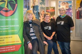 GÅVMILDE: Det er Teatervenner Sogn som står bak utdelinga av gratisbillettar. Frå venstre: Leiar Ingdrid Loftesnes, Astrid Hildur Malmin ogLiv Drangfelt.