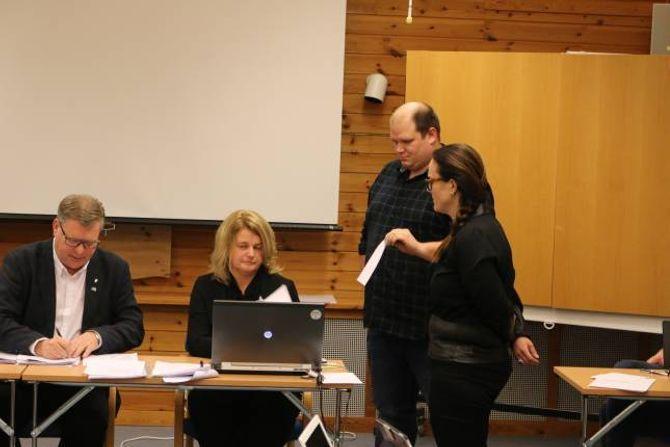 NAMNEOPPROP: Bengt Erlend Skjerdal og Anita Lærum stod for trekninga av kven som skulle starta røystinga ved namneopprop.