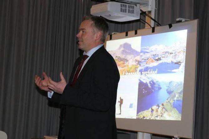 ENGASJERT:Atle Hovi, administrerande direktør ved Beitostølen Resort, kom med fleire døme frå korleis dei organiserer seg på Beitostølen som forsamlinga i Lærdal tok til seg.