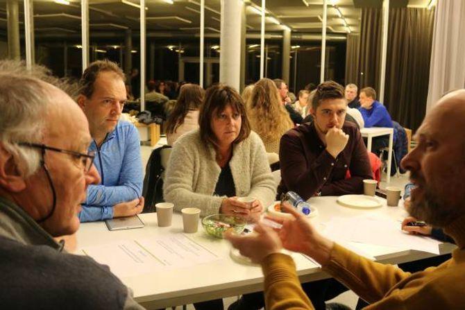 GRUPPEARBEID: Dei frammøtte diskuterte ulike tiltak i grupper, her Jarle Molde (f.v.), Robert Einemo, Lise Cirotzki, Stian Vatlestad og Jon Tamnes.